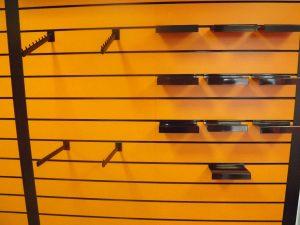 panel de lamas naranja y negro